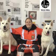 Ein Foto von Amrei Ollermann mit den zwei Hunden