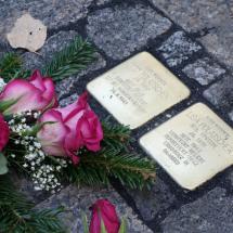Stolpersteine mit Blumen
