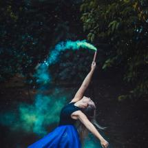 Tanzende Frau in Blau