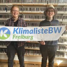 Die Studiogäste Sophie Richter und Alexander Grevel vor der Wand im Musikarchiv