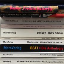 Bücher gestapelt. Allesamt vom Maro-Verlag