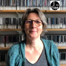 Alkie Osterland vor der Wand im Musikarchiv