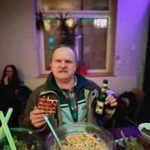 Was braucht ein Redakteur mehr als Waffel, Bier und Nudelsalat? Kulturschock-Redakteur Mike fragt sich wahrscheinlich warum schon wieder die Hälfte leer ist...