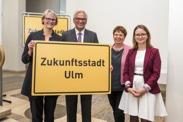 v.l.: Anja Karliczek, Gunter Czisch, Sabine Meigel, Ronja Kemmer. ©Stadt Ulm